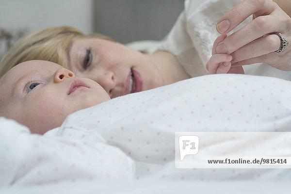 Mutter mit Mädchen im Bett