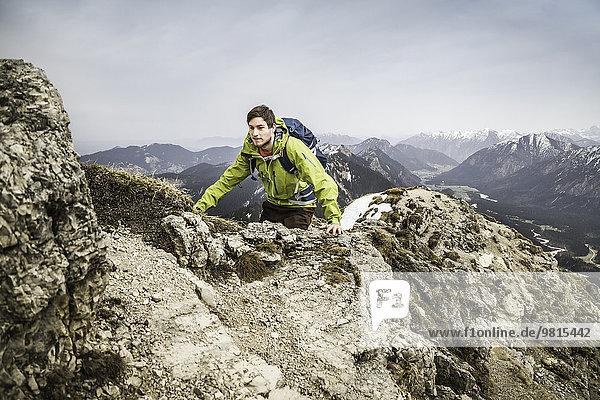 Junger Wanderer auf der Klammspitze  Oberammergau  Bayern  Deutschland