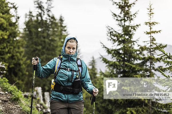 Junge Frau beim Wandern mit Stöcken vom Zinken  Oberjoch  Bayern  Deutschland