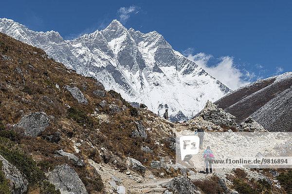 Nepal  Khumbu  Everest-Region  Wanderer auf dem Weg nach Dingboche mit Lhotse