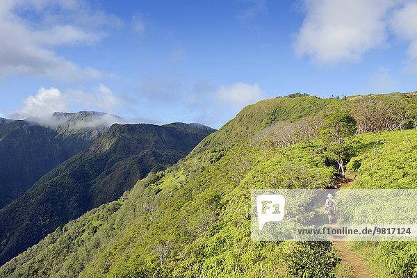 USA  Hawaii  Maui  Frau beim Wandern auf dem Waihee Ridge Trail