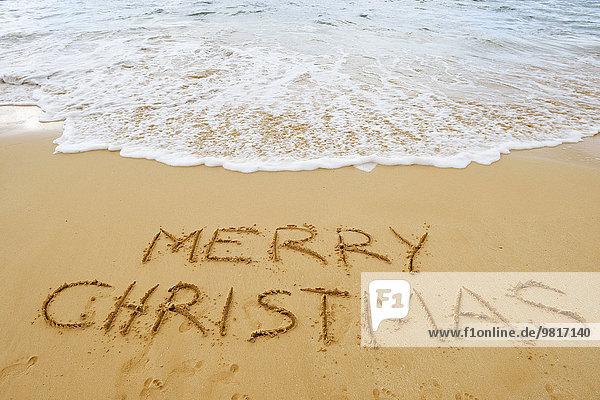 USA  Hawaii  Maui  Makena Beach State Park  frohe Weihnachten im Sand gezeichnet