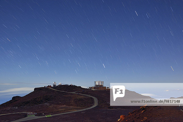 USA  Hawaii  Maui  Haleakala  Sternwarte auf Berggipfel unter Sternenhimmel