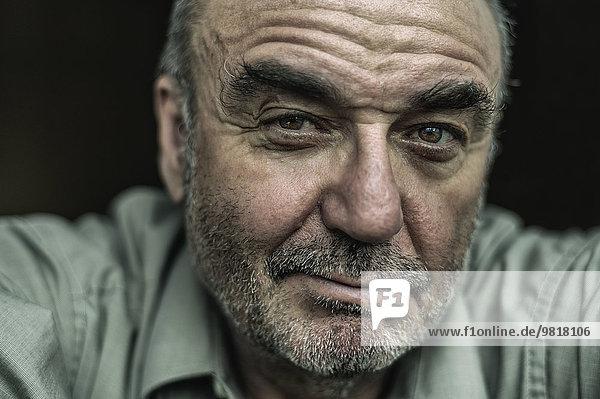 Porträt eines skeptischen älteren Mannes