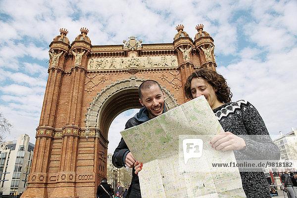 Spanien  Barcelona  glückliches Paar beim Betrachten des Stadtplans vor dem Trymphalbogen