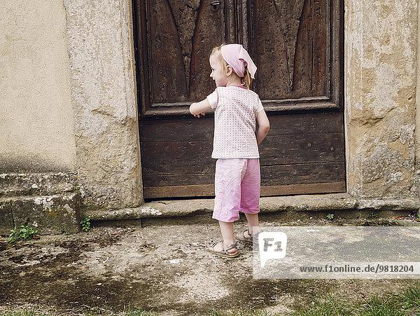 Italien  Toskana  Montefollonico  Mädchen an Holztür Italien, Toskana, Montefollonico, Mädchen an Holztür