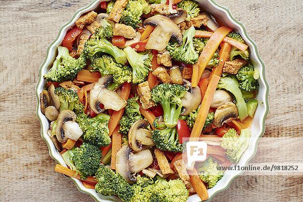 Brokkoli  Karotten  Pilze mit Tofu anbraten. Brokkoli, Karotten, Pilze mit Tofu anbraten.