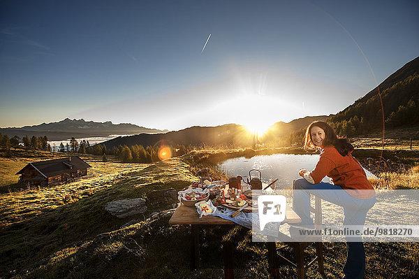 Österreich  Salzburger Land  Altenmarkt-Zauchensee  Alm  Frühstück bei Sonnenaufgang