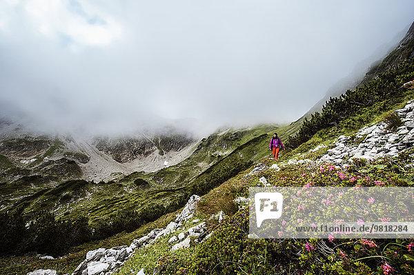 Österreich  Altenmarkt-Zauchensee  junge Frau beim Wandern