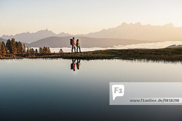 Österreich  Altenmarkt-Zauchensee  junges Paar am Bergsee in den Niederen Tauern
