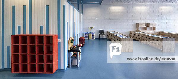 Estland  leerer Schuhständer in einem neu gebauten Kindergarten Estland, leerer Schuhständer in einem neu gebauten Kindergarten
