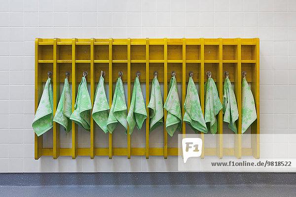 Estland  Gestell mit Handtüchern im Kindergarten Estland, Gestell mit Handtüchern im Kindergarten