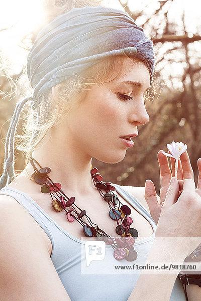 Romantische junge Frau mit Blüte