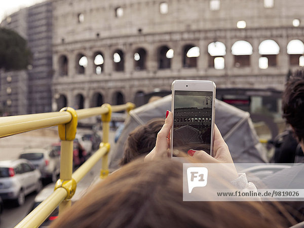 Italien  Rom  Touristen auf Sightseeing-Tour im Reisebus  vorbei am Kolosseum Italien, Rom, Touristen auf Sightseeing-Tour im Reisebus, vorbei am Kolosseum