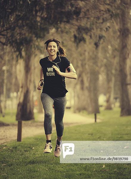 Spanien  Gijon  Frau joggen in der Stadt