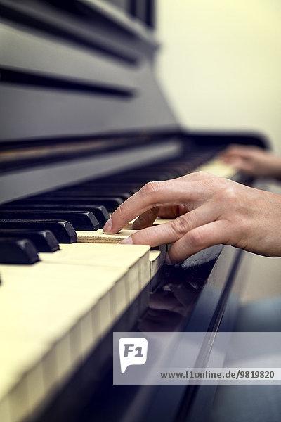 Frauenhände auf altem Klavier