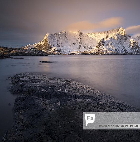 Norwegen  Lofoten  Blick auf Sakrisoy bei Sonnenaufgang