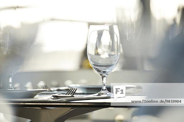 Weinglas auf dem Tisch im Restaurant