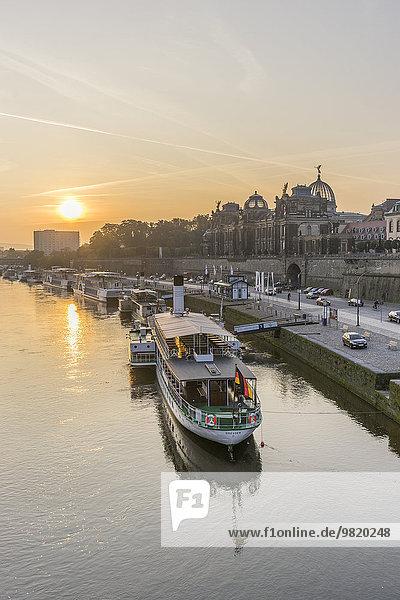 Deutschland  Dresden  Blick auf die Elbe mit vertäutem Dampfschiff bei Sonnenaufgang Deutschland, Dresden, Blick auf die Elbe mit vertäutem Dampfschiff bei Sonnenaufgang