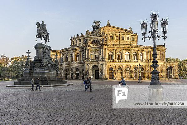 Deutschland  Dresden  Blick auf die Semperoper am Theaterplatz