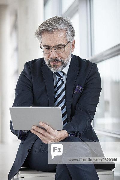 Geschäftsmann mit digitalem Tablett