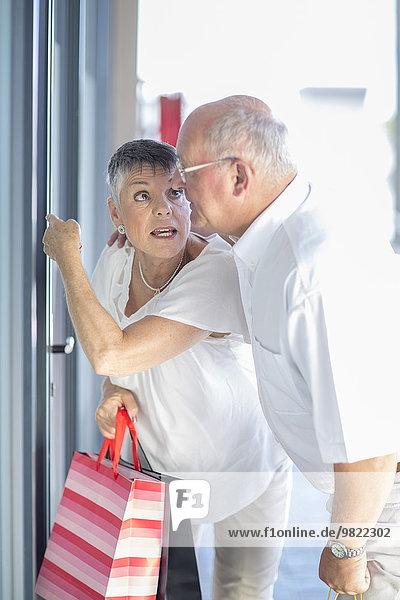 Seniorenpaar beim Einkaufsbummel
