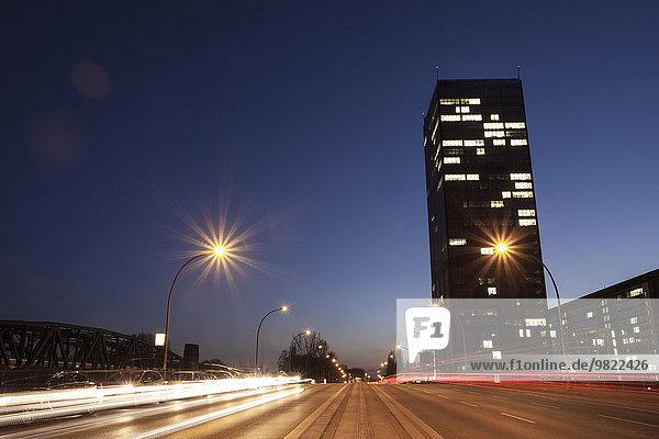 Deutschland  Berlin  Verkehr auf Spreebrücke und Hochhaus am Abend