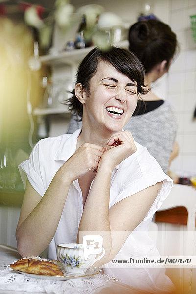 junge Frau junge Frauen Fröhlichkeit Tee
