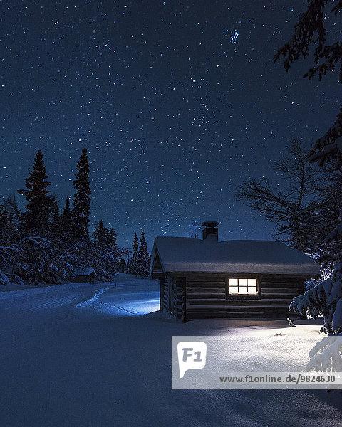 beleuchtet Nacht Blockhaus