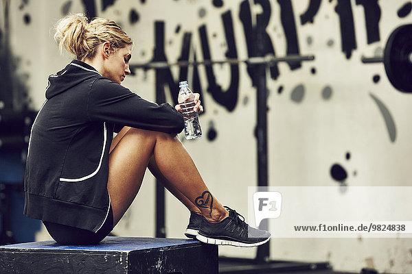 junge Frau junge Frauen Kleidung Sport