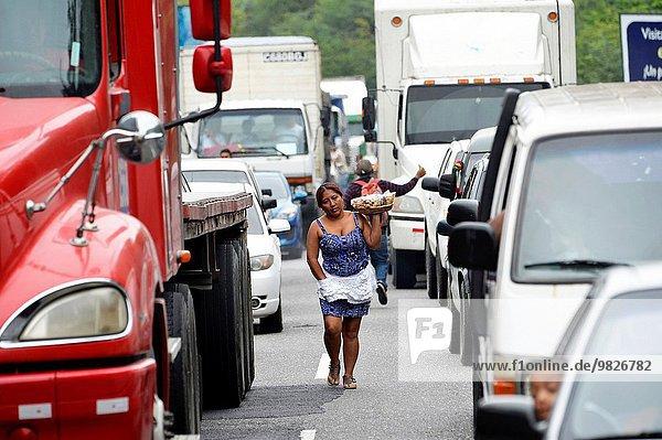 Frau Lebensmittel Straße beschäftigt Großstadt verkaufen Mittelamerika Guatemala