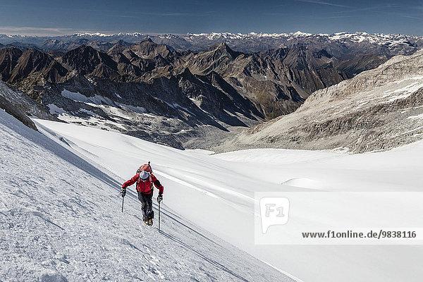 Bergsteiger am Gliederferner  beim Aufstieg zum Hohen Weißzint  Zillertaler Alpen  Südtirol  Italien  Europa