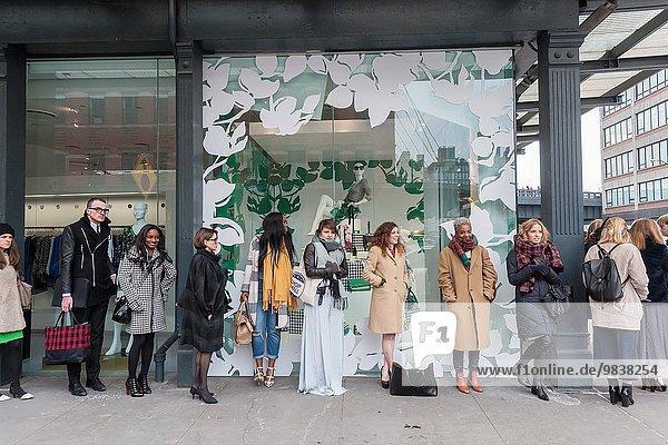 Kälte Außenaufnahme Frau modern Ehrgeiz warten Laden Ortsteil neu