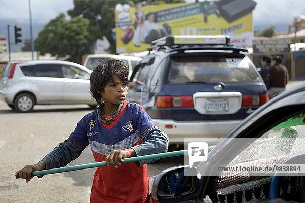 Straßenkind putzt Windschutzscheibe  Cochabamba  Bolivien  Südamerika