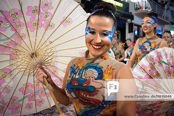 halten Mensch Einzelperson eine Person zwei Personen Menschen Party fließen bunt Kleidung Karneval 2 Teilnahme 1 Festival Kostüm - Faschingskostüm Sitges 3 50 Februar Spanien Jahr