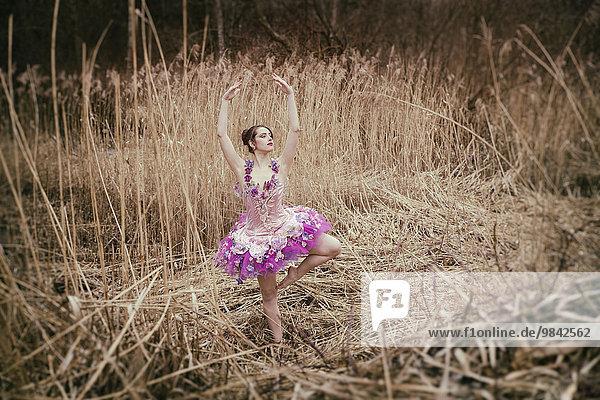 Ballerina mit Tutu in Schilf Ballerina mit Tutu in Schilf