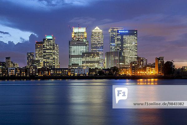 Canary Wharf  Finanzviertel  Bankenviertel  Ausblick über die Themse bei Nacht  London  Grossbritannien