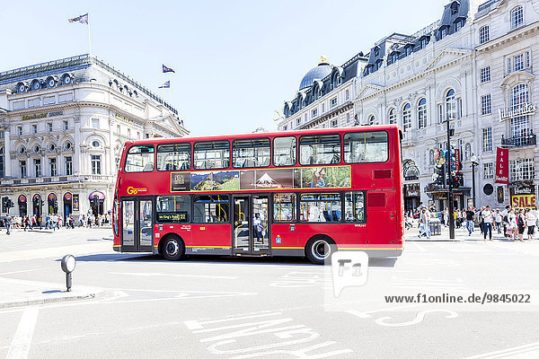 Roter Doppeldeckerbus am Piccadilly Circus  London  England  Großbritannien  Europa