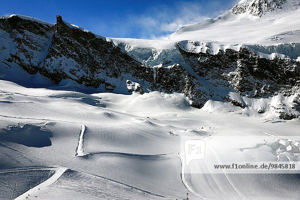 liegend liegen liegt liegendes liegender liegende daliegen Ski Bergmassiv Saas Fee Schweiz
