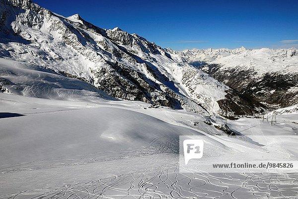 liegend liegen liegt liegendes liegender liegende daliegen Tal Dorf Ski Bergmassiv Schweiz
