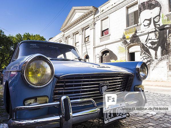 Oldtimer vor Häuserfassade mit Graffiti  Buenos Aires  Argentinien  Südamerika