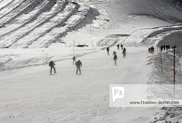 gehen hoch oben Ski Metro rauskommen Alpinsport Saas Fee Schweiz