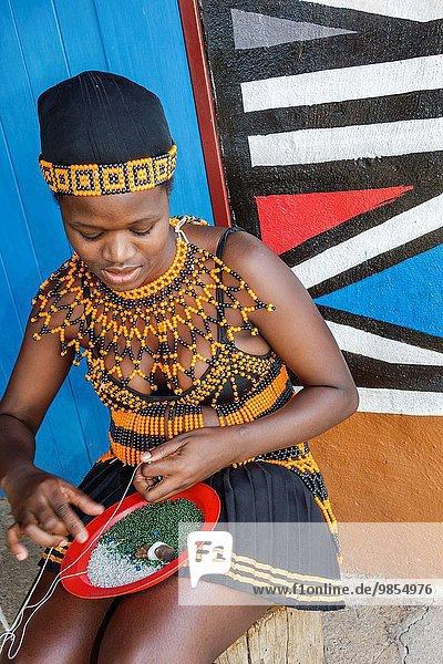 Südliches Afrika Südafrika Frau Tradition Produktion Kleidung schwarz Dorf Lodge Landhaus Kultur Ethnisches Erscheinungsbild Kleid Johannesburg Insignie Zulu