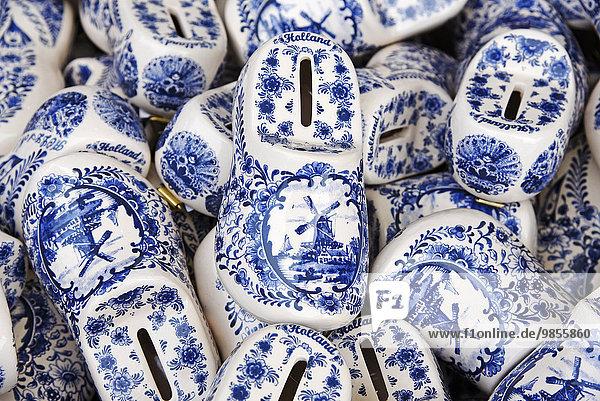 Holländische Schuhe aus Keramik mit Windmühlenmotiv  Spardose  Souvenir  Nordholland  Niederlande  Europa