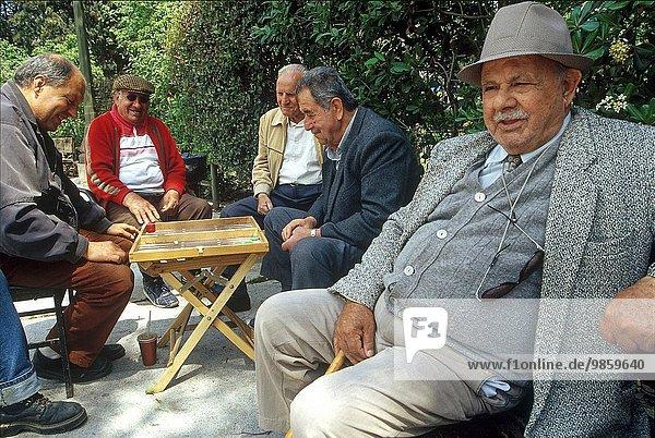 Athen Hauptstadt Mann Südeuropa öffentlicher Ort Backgammon Griechenland spielen