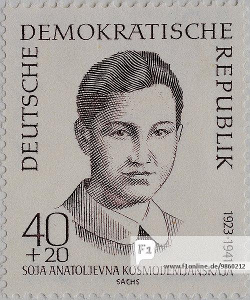 Soja Anatoljevna Kosmodemjanskaja  eine russische Partisanin  1941 von den Nationalsozialisten getötet  Porträt auf einer Briefmarke der DDR von 1962