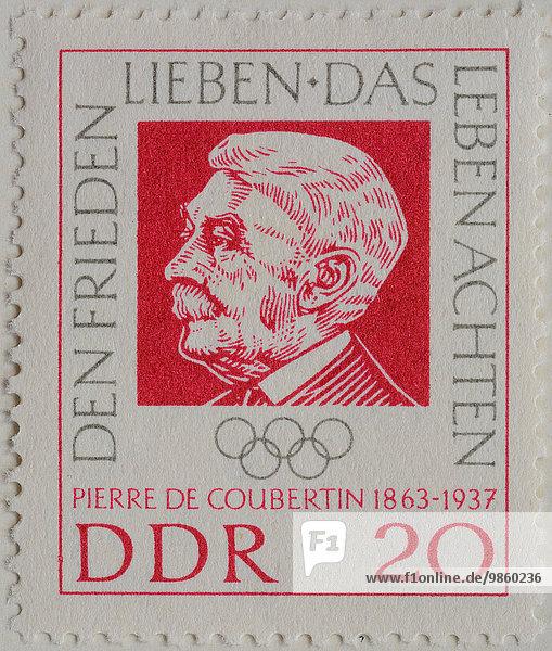 Pierre de Coubertin  ein französischer Schriftsteller und Gründer der modernen Olympischen Spiele  Porträt auf einer Briefmarke der DDR von 1962