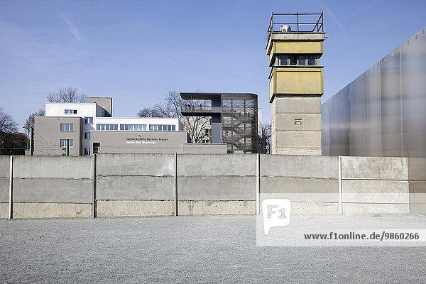 Gedenkstätte Berliner Mauer mit einem Wachturm und einer modernen Aussichtsplattform  Berlin  Deutschland  Europa