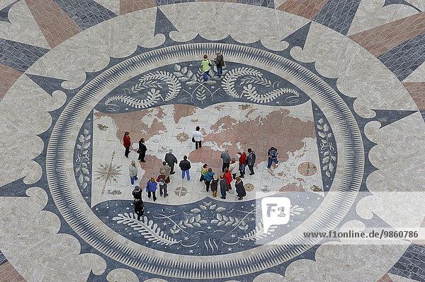 Windrose mit Weltkarte im Pflaster vor dem Padrao dos Descobrimentos  Denkmal der Entdeckungen  Belém  Lissabon  Distrikt Lissabon  Portugal  Europa