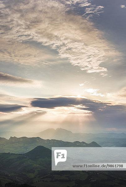 Sonnenuntergang mit dramatischen Wolken  San Marino  Europa